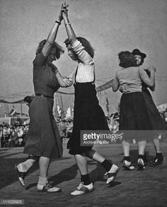 Two pairs of female jitterbug dancers at the World's Fair New York 1939 Swing Jazz, Swing Dancing, Shall We Dance, Lets Dance, Dance Fashion, 30s Fashion, Boris Vian, Vie Simple, Kinds Of Dance
