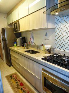 Cozinha com bancada clara (granito branco siena) e pastilha na parede do cooktop