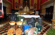 Bidoni per la spazzatura attorno all'altare. Adatti per molta «pastorale giovanile» nelle diocesi