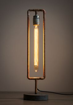 Beleuchtungsideen This lamp is build from brass pipes and a 30 cm long light bulb. Pipe Lighting, Cool Lighting, Lighting Design, Lighting Ideas, Edison Lighting, Lampe Industrial, Industrial Lighting, Industrial Style, Vintage Industrial
