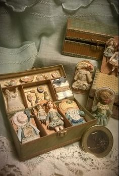 Miniature doll with clothes arranged in a doll-house sized trunk Dollhouse Dolls, Miniature Dolls, Dollhouse Miniatures, Tiny Dolls, Old Dolls, Minis, Porcelain Dolls For Sale, Doll Display, Little Doll