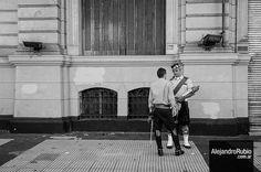 #streetphotography #fotocallejera #streetphoto #escocia #talking #byn #black&white #b&n + https://www.flickr.com/photos/alerubio