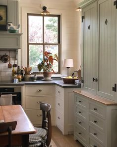 Australian Designers at Home Jenny Rose-Innes interior design Cameron Kimber chintz country style traditional classic timeless rooms New Kitchen, Kitchen Dining, Kitchen Decor, Kitchen Ideas, Kitchen Tables, Kitchen Modern, Minimalist Kitchen, Cottage Kitchens, Home Kitchens
