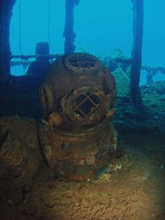 Onboard the USS Sarasota in Bikini Atoll. Underwater Shipwreck, Underwater Ruins, Underwater World, Shipwreck Tattoo, Titanic, Derelict Places, Abandoned Places, Deep Sea Diver, Diving Helmet