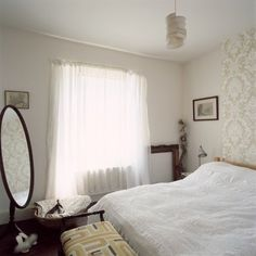 Ooo...I like the fabric/texture panel behind the bed.....
