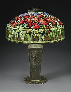 A TULIP LEADED GLASS AND BRONZE TABLE LAMP, CIRCA 1910