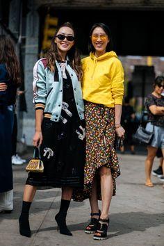 Die Streetstyles zeigen  Diesen Herbst tragen wir gelb! Shoppe einen  ähnlichen coolen gelben Pulli 7a9bd93c53b96