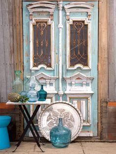 Koop een paar oude leuke gebruikte deuren en zet ze tegen de muur buiten. Met…