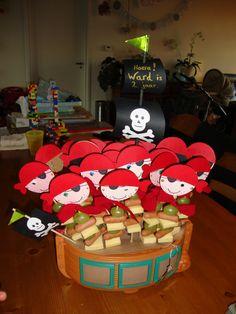 traktatie piraat met kaas, knakworst en druifjes