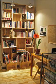 Mon ancienne bibliothèque faite avec des caisses à vin.