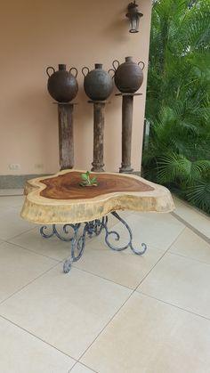 Mesa elaborada con un corte de Guanacaste negro con una base en hierro forjado estilo vintage