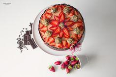 Tarta de naranja con mousse de ron decorada con chocolate y fresas.
