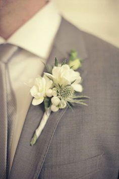 ♥♥♥ Dicas e curiosidades sobre a lapela do noivo Quando falamos de lapela só conseguimos pensar em: detalhes. Uma única flor perfeita, ou algumas florezinhas pequenas, um tom certo de fita de seda ... http://www.casareumbarato.com.br/dicas-e-curiosidades-sobre-a-lapela-do-noivo/