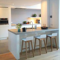 In Hoorn hebben we deze prachtige keuken mogen plaatsen. De keuken beschikt over een ruim eiland waar gezellig aan gezeten kan worden. De greeploze fronten en het beton-look keramieke werkblad zorgen voor een rustige uitstraling. Deze keuken beschikt onder andere over een 3-in-1 quooker en een ingebouwde afzuig-unit. . . #sense #keukens #sensekeukens #prikkeltuwzintuigen #keramiek #quooker Open Plan Kitchen Living Room, New Kitchen, Kitchen Dining, Kitchen Decor, Kitchen Collection, Küchen Design, Kitchen Layout, Kitchen Flooring, Beautiful Kitchens