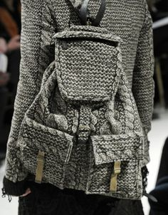 Knitted bags - maybe I can make stuff like this someday Mesh Backpack, Crochet Backpack, Vogue Knitting, Hand Knitting, Diy Sac, Diy Mode, Knitting Accessories, Knit Fashion, Knitted Bags