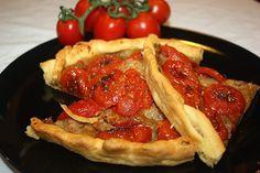La torta salata con pomodorini e melanzane si abbina bene a vini bianchi fermi e molto freschi come un Capri bianco o un Orvieto bianco classico.