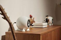 Hier sind unsere Kugellautsprecher mit einem Streamer von Bluesound. Easy listening mit hoher Qualität!  #Kugellautsprecher #Musikanlage #Streamer #Porzellan #Sideboard #Wohnzimnmer #mosound #mosoundstorevienna #vienna #supportyourlocalbusiness Desk Lamp, Table Lamp, Easy Listening, Kugel, Home Decor, Record Player Table, Speakers, Nice Designs, Living Room