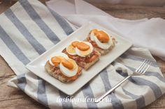 Tostada de salmorejo con atún y huevo | Comer con poco