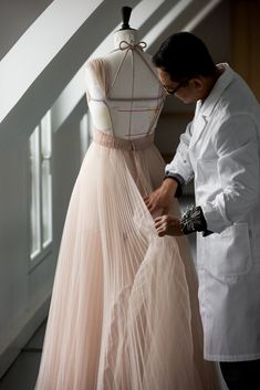 Discover Christian Dior fashion, fragrances and accessories for Women and Men Dior Fashion, Luxury Fashion, Fashion Outfits, Moda Peru, Dior Atelier, Clueless Outfits, Christian Dior, Dior Haute Couture, Couture Sewing