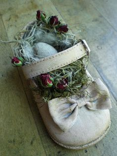 baby shoe nest from Kim - Country Girl At Heart. Shoe Crafts, Diy Crafts, Deco Retro, Vintage Easter, Vintage Crafts, Spring Crafts, Easter Crafts, Baby Shoes, Bears