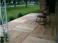 ¿Quieres hacer un suelo más acogedor? Pues te presento esta sencilla idea para hacer un suelo de madera con palets en la terraza, porche o jardín de tu casa. Ganarás en confort, en comodidad y en e…