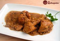 Como preparar pollo o gallina enriquecida con una salsa de yema de huevo duro, almendras, picatostes en muchos casos, ajo y azafrán a modo de condimento. Unos de los guisos más famosos de España.