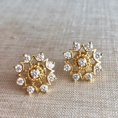 Beautiful gold work on this flower bloom diamond studs 07 July Diamond Earrings Indian, Gold Jhumka Earrings, Indian Jewelry Earrings, Gold Earrings Designs, Prom Earrings, Gold Jewellery Design, Antique Earrings, Necklace Designs, Fine Jewelry