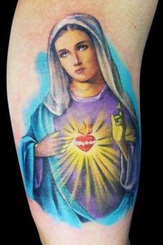 Tatuagem de Nossa Senhora da Aparecida colorida na perna