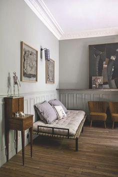 Dans sa chambre, quelques-unes de ses créations comme une applique ou un coussin imprimé, associés aux tableaux et au squelette de Lyndie Dourthe, artiste plasticienne et designer textile