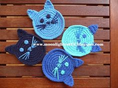 muecos de ganchillo Yine kedi ille de kedi:))) Bu sefer kedili bardak altlklar ve kedili koruma klf rdm. emeksensin ve pasaj da miyavlamaktalar:)) . Crochet Applique Patterns Free, Crochet Coaster Pattern, Crochet Cat Pattern, Baby Knitting Patterns, Crochet Motif, Crochet Designs, Crochet Yarn, Chat Crochet, Love Crochet