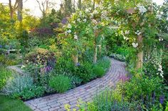 Every beautiful cottage garden has common principles that make them a success. Learn about the fundamentals you need to create your very own cottage garden. Rose Garden Design, Cottage Garden Design, Cottage Garden Plants, English Garden Design, Garden Cafe, Amazing Gardens, Beautiful Gardens, English Country Gardens, Patio