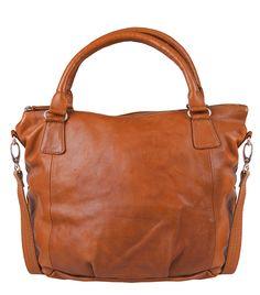 De Barnet tas van Cowboysbag is uitgevoerd in soepel glad leder afgewerkt met zilverkleurige metalen. De tas sluit met een ritssluiting aan de bovenzijde. Aan de binnenzijde vind je meerdere vakken waarvan een met rits. Draag deze fijne tas op de schouder of crossover met behulp van het langere hengsel.