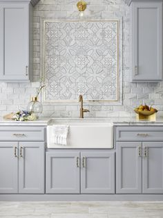 tiles Backsplash Curved lines and intricate patterns define the exclusive designs of Waterjet Mosaics. Read on for our favorite distinct ways to design with these game-changing tiles. Elegant Kitchens, Beautiful Kitchens, White Kitchens, Dream Kitchens, Kitchen Wall Tiles Design, Mosaic Tile Kitchen Backsplash, Backsplash Ideas For Kitchen, Decorative Tile Backsplash, Kitchen Walls