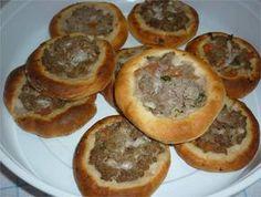 Esfiha aberta tipo Habib's INGREDIENTES: 1k de farinha de trigo; 30g de fermento biológico seco. 3/4 xícara (chá) de açúcar refinado(125g); 125ml de óleo de soja; 500 a 700ml de água morna; 1 colher de (sopa) sal refinado. Fubá para polvilhar Recheio (de queijo): 700g de queijo branco amassado, 1 xícara de salsinha picada 1…