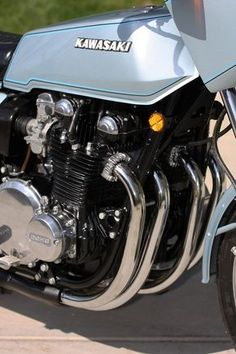 The Kawasaki is one of the most iconic motorcycles of the late Kawasaki Cafe Racer, Kawasaki Motorcycles, Cool Motorcycles, Triumph Motorcycles, Motorcycle Engine, Motorcycle Design, Girl Motorcycle, Motorcycle Quotes, Kawasaki Classic