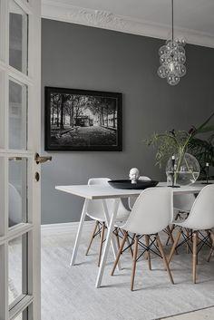 Ein zeitlos, modernes Esszimmer. Die klassichen Eames Plastic Side Stühle von @vitra sind der perfekte Begleiter für den Loop Stand Tisch von Hay. Zur Esszimmer Wandgestaltung eignet sich ein großes Portrait in schwarz-weiß besonder gut.@coco