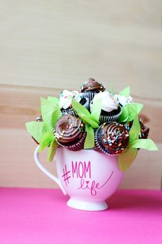 mother's day gift idea - - mini cupcake bouquet , with FREE cut file - Sugar Bee Crafts Mothers Day Desserts, Diy Gifts For Mothers, Mothers Day Cupcakes, Mothers Day Cake, Mothers Day Crafts For Kids, Mini Cupcake Bouquets, Mini Cupcakes, Cupcake Gift, Cupcake Cakes