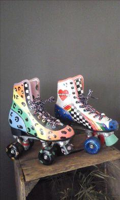 Deze rolschaatsen zijn gepimpt door Linda 79. Roller Skate Shoes, Roller Disco, Roller Derby, Roller Skating, Inline Speed Skates, Quad Skates, Coraline, Sports Leggings, Judo