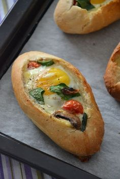 Petit pain au four farci aux oeufs emmental champignon et tomate cerise - Pause Gourmande