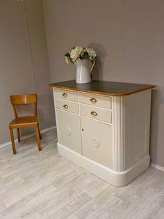 Wunderbares Küchenelement: formschöner großer Küchenschrank mit abgerundeten Ecken, Deckplatte mit Dunkelgrünem Linoleum... #frischausderwerkstatt #ShabbyChic #ShabbyChicSchrank #Küchenschrank #ShabbyChicKommode #RetrosalonKöln #Retrosalon #Vintagemöbel #vintagefurniture #vintage #Upcycling #interiordesign #interior #Inneneinrichtung #Einrichtung #Inneneinrichter #Köln