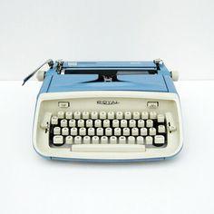 Vintage Royal Safari Typewriter – Blue and White – 1964 – Mad Men – Midcentury Modern – Home Design Arts Vintage Design, Vintage Love, Retro Vintage, Vintage Market, Vintage Style, Kelly Wearstler, Antique Typewriter, Modern Typewriter, Royal Typewriter