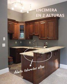 La altura de las barras de cocina determina el tipo de asiento. Pero puedes hacer islas a dos alturas para incorporar una barra donde desayunar y comer.