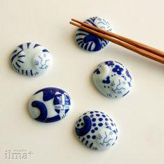 こちらもリサラーソンデザインの猫の箸置きです。有田焼とのコラボが新しくて素敵! Chopstick Holder, Chopstick Rest, Ceramic Pottery, Ceramic Art, Japanese Dining Table, Japanese Chopsticks, Sushi Set, Japanese Pottery, Clay Projects