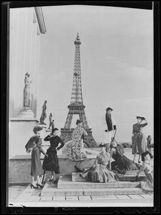 * Photographie de mode sur le parvis du Trocadéro à Paris avec une vue sur la Tour Eiffel Sam Lévin