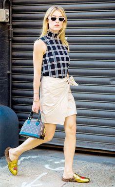 A saia de couro em bege também pode muito bem funcionar com blusas mais escuras que se contraponham ao tom claro.