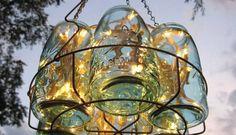 Os potes de vidro também podem ser preenchidos por luzes usadas em árvores de Natal. O suporte de ferro pode ser adquirido em lojas especializadas em iluminação