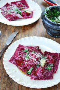 Ravioles de betabel con queso de cabra, esta receta resultó ser una delicia la mezcla de sabores es espectacular y la inspiración fue a partir de la ensalada de betabel y el borscht.