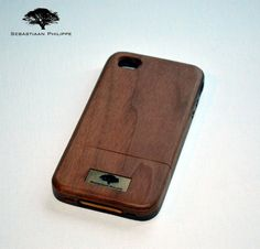 De iPhone 4 Walnut Button...  Een handgemaakte hoes gemaakt van Walnotenhout. De hoes is voorzien van houten knoppen voor optimaal gebruik van uw iPhone 4. Nu verkrijgbaar met 30% korting.  Kijk snel op www.sebastiaanphilippe.nl voor onze complete collectie houten producten.