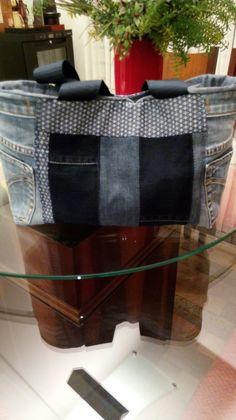 Bolsa de retalhos jeans ficou um charme com bolsos na lateral!