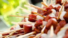 O espetinho de linguiça com cebolinha é opção de cardápio estilo comida de boteco